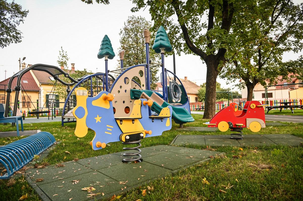 unui parc adevărat nu-i lipsește apa, fântâna arteziană din centrul parcului