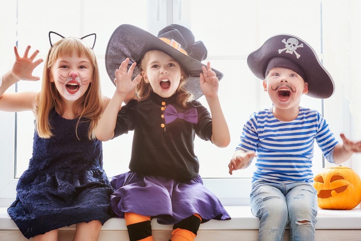 Credem sau nu decorul casei de Halloween ne ajută.