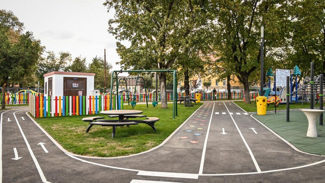 Parcul din Piața Cluj Sibiu reamenajat. Un loc pentru relaxare și joacă complex și modern în Sibiu.