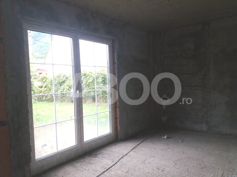 Casa la rosu 4 camere si 750 mp gradina Cisnadioara judetul Sibiu 1