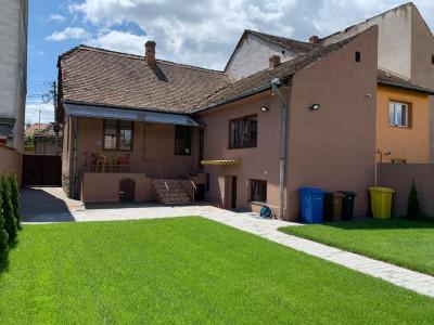 Casa individuala cu 4 camere zona Lupeni curte libera 250 mp