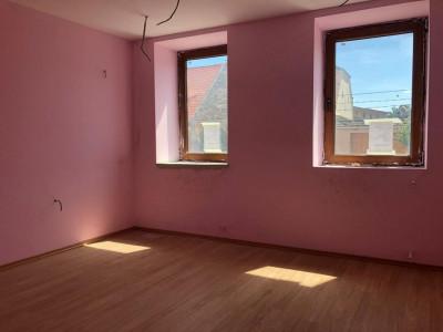 Apartament 3 camere la casa cu spatiu comercial in Cisnadie