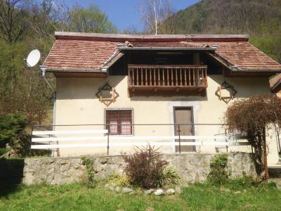 Cabana cu 5 camere decomandate de vanzare pe Valea Sebesului