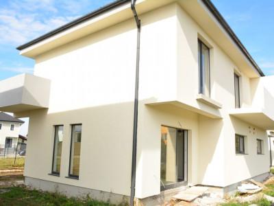 Duplex de vanzare cu 4 camere 275 mp curte in Selimbar