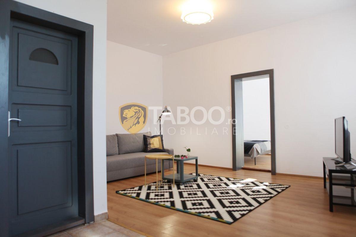 Casa de vanzare compusa din 2 apartamente separate zona Piata Cibin 1